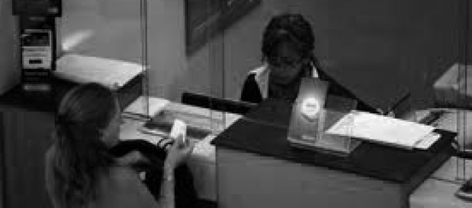 Declara ilegal la comisión bancaria por ingresos en ventanilla